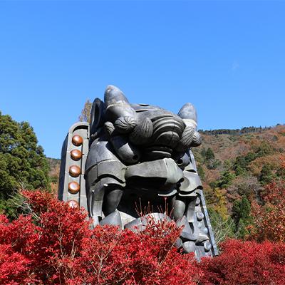 日本の鬼の交流博物館の前庭に立つ、高さ5m、重さ10トンもある日本一の大鬼瓦
